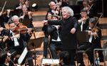 """Plakatmotiv """"Die Saisoneröffnung mit Sir Simon Rattle live aus der Berliner Philharmonie"""""""