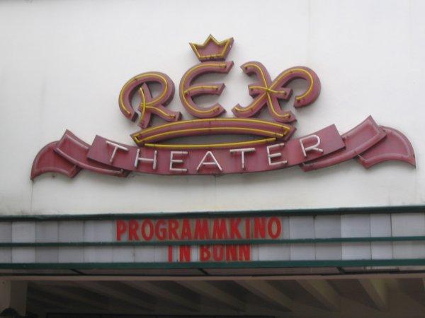 Logo auf der Kinofassade