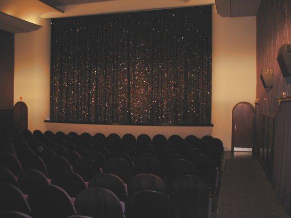 Kinoleinwand mit Kinost�hlen davor